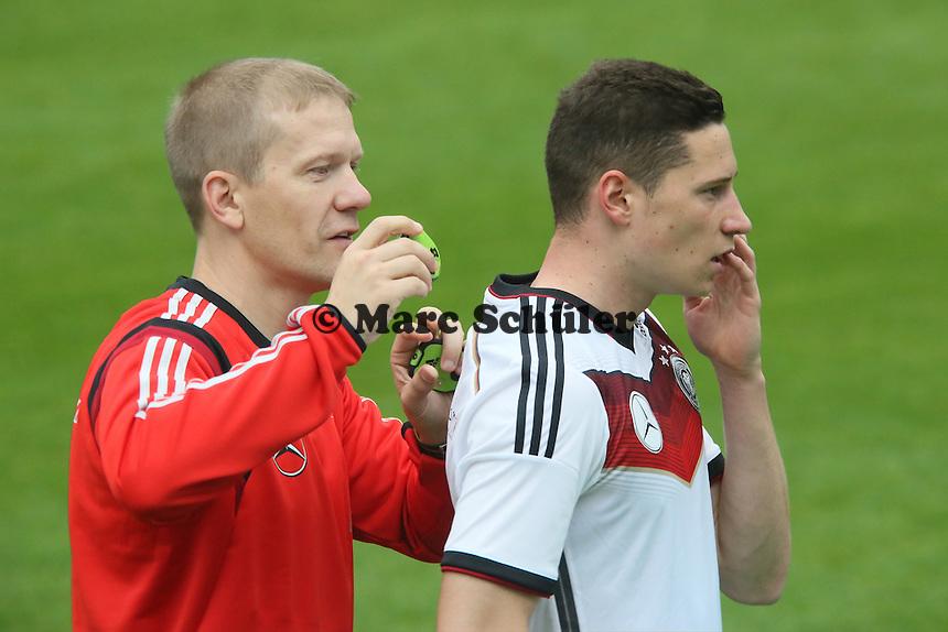 Fitnesstrainer Marc Verstegen holt den Chip aus Julian Draxlers Trikot - Trainingslager der Deutschen Nationalmannschaft zur WM-Vorbereitung in St. Martin