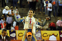MANIZALES - COLOMBIA - 07-01-2017: Ramses, Colombian bullfighter leaves on shoulders after having cut two ears during the bullfighting season 61 Feria of Manizales. Photo: VizzorImage / Santiago Osorio / Cont.