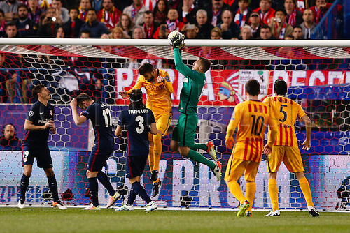 13.04.2016. Madrid, Spain.  Jan Oblak (13) Atletico de Madrid and Gerard Pique Bernabeu (3) FC Barcelona. UCL Champions League between Atletico de Madrid and FC Barcelona at the Vicente Calderon stadium in Madrid, Spain, April 13, 2016 .