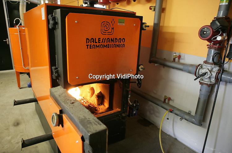 Foto: VidiPhoto..NUNSPEET - De moderne vleeskuikenstal van Polinder uit Nunspeet wordt verwarmd met een houtkachel.