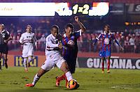 SÃO PAULO, SP, 10 DE JULHO DE 2013 - CAMPEONATO BRASILEIRO - SÃO PAULO x BAHIA: Ademilson (e) disputa bola com Raul (d) durante São Paulo x Bahia, partida antecipada válida pela 11ª rodada do Campeonato Brasileiro de 2013, disputada no estádio do Morumbi em São Paulo. FOTO: LEVI BIANCO - BRAZIL PHOTO PRESS.