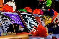 ALTAR EN HONOR A HECTOR ESPINO.<br /> Estudiantes de distintas preparatorias publicas realizaron esta mañana un festival  de altares previo al día de muertos llevado a cabo en la plaza Hidalgo en Hermosillo Sonora<br /> <br /> © Foto: LuisGutierrez/NORTEPHOTO.COM