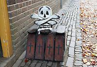 Nederland Arnhem 2015.  Het Nederlands Openluchtmuseum. Huizen uit Tilburg. Voor het huis met een overleden persoon is een webke geplaatst.  Foto Berlinda van Dam / Nederlandse Hoogte