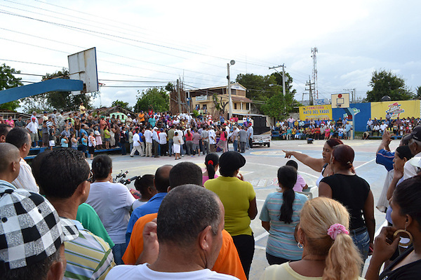 Familiares y Comerciantes de Hato del Yaque  protestan por alta facturación y apagones..Foto:Maximo Laureano/acento.com.do.Fecha:1/09/2012.