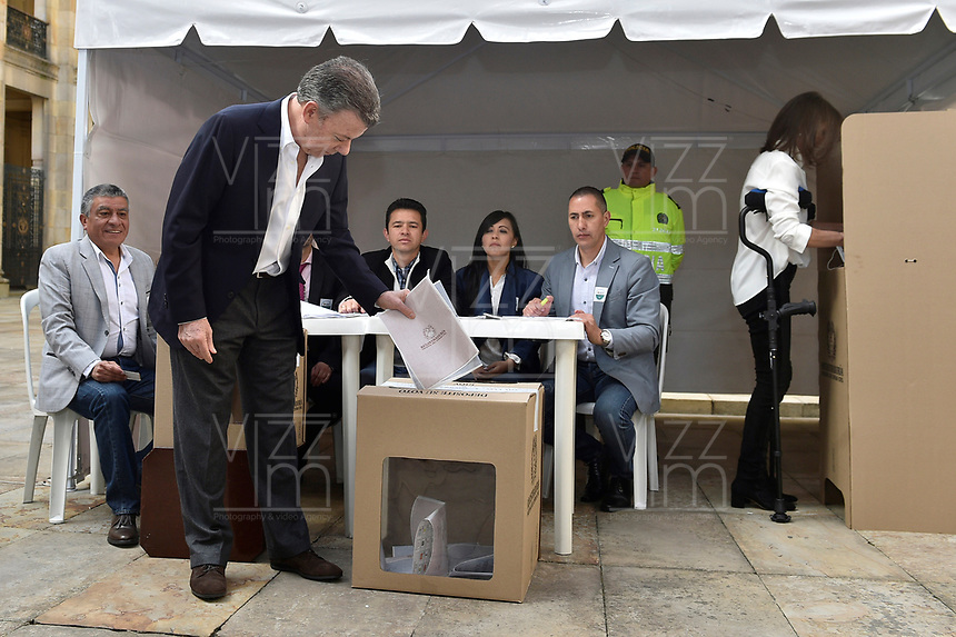 BOGOTA - COLOMBIA, 11-03-2017: Juan Manuel Santos, presidente de Colombia, acude a las urnas para participar en las elecciones legislativas de Colombia de 2018 que se realizan hoy, domingo 11 de marzo de 2018m en todo el territorio colombiano. En ellas se eligen los miembros de ambas Cámaras del Congreso en Colombia. En el Senado de la República se elegirán 108 senadores y en la Cámara de Representantes se elegirán 172 parlamentarios. / Juan Manuel Santos, President of Colombia, goes to the polls to participate in the legislative elections of Colombia in 2018 that take place today, Sunday, March 11, 2018m throughout the Colombian territory. In them, the members of both Houses of Congress in Colombia are elected. In the Senate of the Republic 108 senators will be elected and in the House of Representatives 172 parliamentarians will be elected. Photo: VizzorImage /  Cesar Carrion - SIG