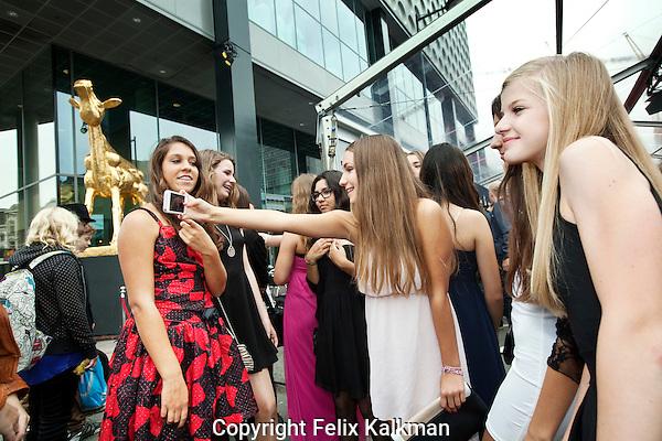 Utrecht, 29 september 2014<br /> Nederlands FIlm Festival<br /> Junior Kalveren Gala<br /> Rode loper met scholieren in gala<br /> Foto Felix Kalkman