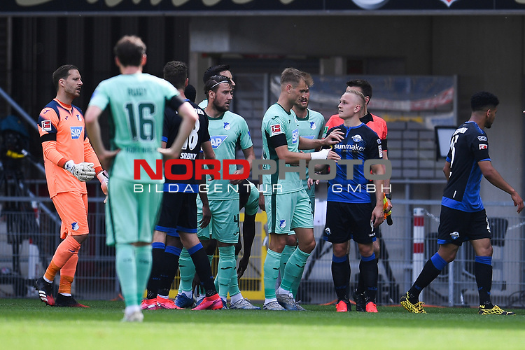 Rudelbildung nach einem Foul. Kai Pršger | Proeger (SC Paderborn #9 v.r) diskutiert mit Stefan Posch (TSG 1899 #38).<br /><br />Foto: Edith Geuppert/GES /Pool / Rauch / nordphoto <br /><br />DFL regulations prohibit any use of photographs as image sequences and/or quasi-video.<br /><br />Editorial use only!<br /><br />National and international news-agencies out.