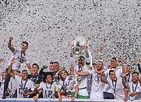 FUSSBALL  CHAMPIONS LEAGUE  FINALE  SAISON 2015/2016   Real Madrid - Atletico Madrid                   28.05.2016 Sergio Ramos (Real Madrid) jubelt mit Pokal und Mitspielern auf dem Siegerpodest