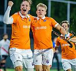 AMSTELVEEN -  Jasper Brinkman (Bldaal) heeft de stand op 0-1 gebracht tijdens de play-offs hoofdklasse  heren , Amsterdam-Bloemendaal (0-2).  links Floris Wortelboer (Bldaal)  COPYRIGHT KOEN SUYK