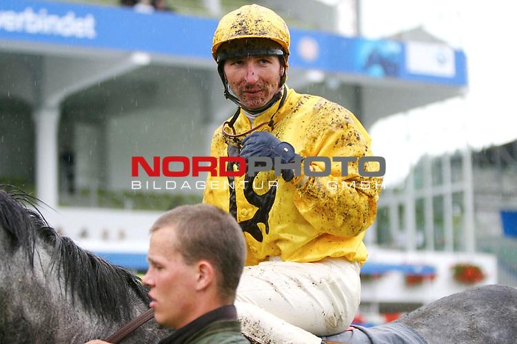 BMW 134. Deutsches Derby<br /> Marsh-Rennen: Regen in Hamburg. Jockey T. Mundry nach einem anstrengenden Rennen<br /> <br /> Foto: nordphoto / sl