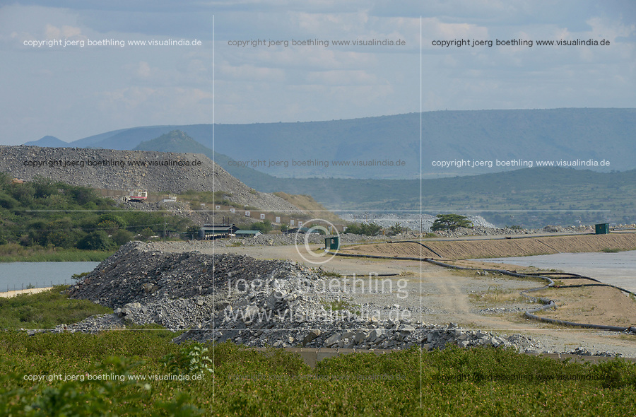 TANZANIA, Tarime Distrikt, Nyamongo, canadian Barrick Gold's subsidiary Acacia Gold Mine, tailing pond for effluents of gold ore processing which contain potassium cyanide / TANSANIA, Goldbergbau, Acacia Gold Mine, Absatzbecken fuer Kaliumzyanid, Zyankali, haltige Abwaesser aus der Goldwaesche
