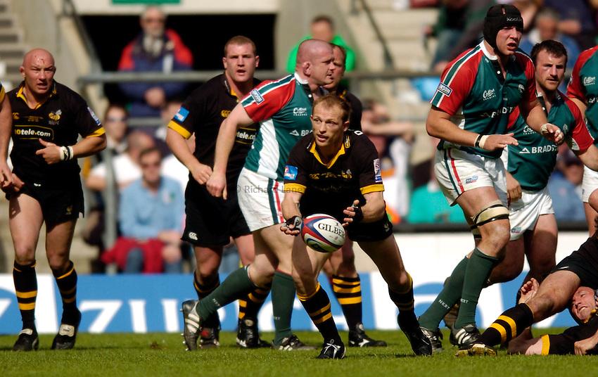 Photo. Richard Lane..Leicester Tigers v London Wasps. Zurich Premiership Final. 14/05/2005..Matt Dawson passes.