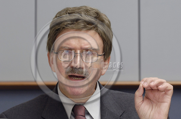 Brussels-Belgium - 15 September 2006---MEP Thomas MANN (EPP-ED/DE, CDU) from Schwalbach-Taunus/Germany, member of the Group of the European People's Party (Christian Democrats) and European Democrats in the European Parliament, Vice-Chairman of the Committee on Employment and Social Affairs, during a press briefing in the EP---Photo: Horst Wagner/eup-images