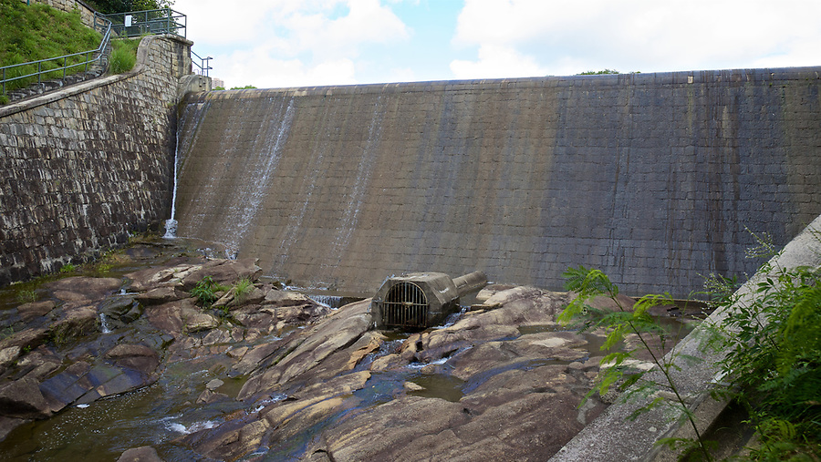 Dam wall of the Tai Tam Byewash Reservoir (1904), Tai Tam Group of Reservoirs.<br />