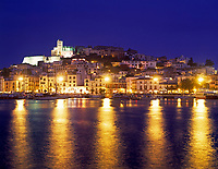 Spanien, Balearen, Ibiza (Eivissa): mit Altstadtbezirk Dalt Vila, Kathedrale und Hafen am Abend | Spain, Balearic Islands, Ibiza (Eivissa): with Old Town Dalt Vila, cathedral and harbour at dusk