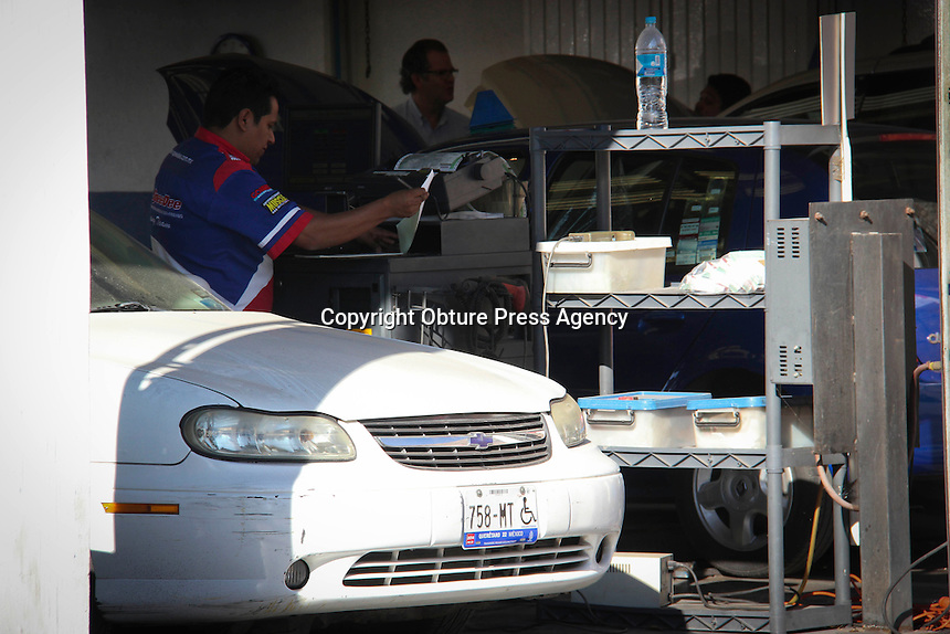 Quer&eacute;taro, Qro. 03 de enero del 2014.- A partir del 2 de enero se dio inicio con la verificaci&oacute;n vehicular, en los diferentes puntos que hay en la ciudad y que ya son conocidos por los ciudadanos. <br /> Foto: Agencia OPA.