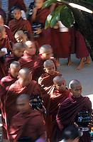 Asie/Birmanie/Myanmar/Haute Birmanie/Mandalay/Amarapura - monastère Maha Gandayon - Les moines viennent chercher leur repas