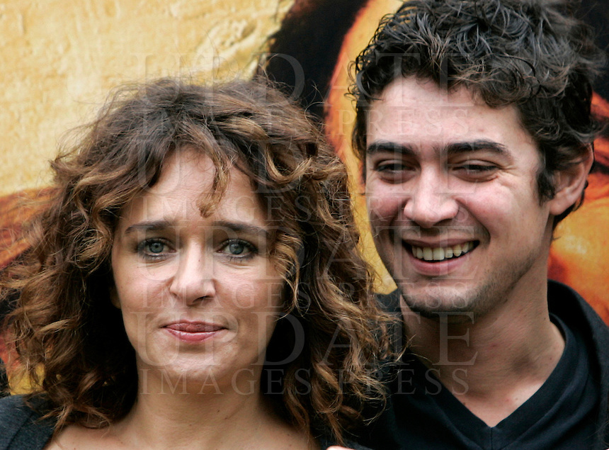 "Gli attori Riccardo Scamarcio, destra, e Valeria Golino posano durante un photocall per la presentazione del film ""L'uomo nero"" a Roma, 30 novembre 2009..Italian actress Valeria Golino, left, and her boyfriend, actor Riccardo Scamarcio, pose during a photocall for the presentation of the movie ""L'uomo nero"" (The black man) in Rome, 30 november 2009..UPDATE IMAGES PRESS/Riccardo De Luca"