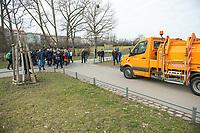 """Nach seinen herablassenden und umstrittenen Aeusserungen ueber Berlin besuchte der Tuebinger Oberbuergermeister Boris Palmer am Mittwoch den 20. Februar 2019 auf Einladung des CDU-Fraktionsvorsitzenden im Abgeordnetenhaus, Burkhard Dregger, u.a. den Goerlitzer Park. Der Park wird als sog. """"Kriminalitaetsschwerpunkt"""" bezeichnet und Ort, an dem Marihuana verkauft wird. Sein Besuch im Park wurde von mehreren dutzend Journalisten begleitet.<br /> Im Bild: Ein Fahrzeug der Berliner Stadtreinigung wartet, dass die Besuchergruppe und Journalisten vorbeigehen.<br /> 20.2.2019, Berlin<br /> Copyright: Christian-Ditsch.de<br /> [Inhaltsveraendernde Manipulation des Fotos nur nach ausdruecklicher Genehmigung des Fotografen. Vereinbarungen ueber Abtretung von Persoenlichkeitsrechten/Model Release der abgebildeten Person/Personen liegen nicht vor. NO MODEL RELEASE! Nur fuer Redaktionelle Zwecke. Don't publish without copyright Christian-Ditsch.de, Veroeffentlichung nur mit Fotografennennung, sowie gegen Honorar, MwSt. und Beleg. Konto: I N G - D i B a, IBAN DE58500105175400192269, BIC INGDDEFFXXX, Kontakt: post@christian-ditsch.de<br /> Bei der Bearbeitung der Dateiinformationen darf die Urheberkennzeichnung in den EXIF- und  IPTC-Daten nicht entfernt werden, diese sind in digitalen Medien nach §95c UrhG rechtlich geschuetzt. Der Urhebervermerk wird gemaess §13 UrhG verlangt.]"""