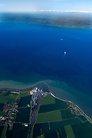 4415 / Belt: DEUTSCHLAND, 07.06.2005: Der Fehmarnbelt ist die Meerenge zwischen den Inseln Fehmarn (Deutschland) und Lolland (Daenemark) in der westlichen Ostsee. Beide Inseln bilden mit den anliegenden Landkreisen (Kreis Ostholstein in Schleswig-Holstein und Storstrøms Amt in Daenemark) und der Stadt Luebeck die Fehmarnbeltregion, eine Europaregion. Die kuerzeste Verbindung ueber den Belt zwischen den Hafenstaedten Puttgarden (Deutschland) und Rødbyhavn (Daenemark) betraegt 18,6 km. Die Verbindungsstrecke der beiden Millionenstaedte Hamburg und Kopenhagen ueber den Fehmarnbelt ist die kuerzeste und umweltfreundlichste Verbindung von Westeuropa nach Suedskandinavien.