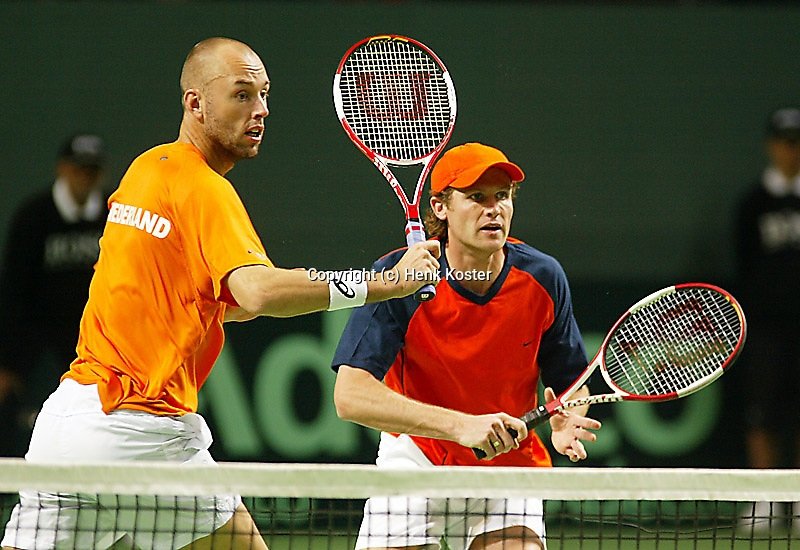 05-03-2006,Swiss,Freibourgh, Davis Cup , Swiss-Netherlands, Peter Wessels-Dennis van Scheppingen in actio against Yves Allegro-George Bastl