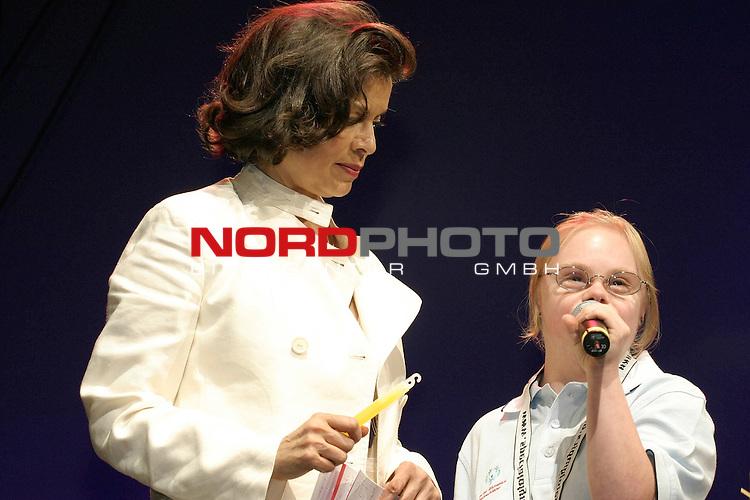 Special Olympics 2004 in Hamburg, ErŲffnungsfeier am 15. Juni 2004 in der Color Line Arena::<br /> <br /> <br /> Bianca Jagger spricht gemeinsam mit der behinderten Gold-Schwimmerin Agnes Wessalowski (23, Down Syndrom) den Olympischen Eid.<br /> <br /> Foto &copy; nordphoto / Volker Sarbach<br /> <br />  *** Local Caption *** Foto ist honorarpflichtig! zzgl. gesetzl. MwSt.<br /> <br />  Belegexemplar erforderlich<br /> <br /> Adresse: nordphoto<br /> <br /> Georg-Reinke-Strasse 1<br /> <br /> 49377 Vechta