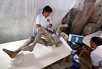 Pompei 86 calchi sono sottoposti ad un intervento di recupero e restauro e studio per poter ricavare profili antropologici e genetici <br /> <br /> scansione tridimensionale dei calchi e tra due uomini l'abbraccio  di Pompei<br /> esame DNA sui calchi ha stabilito che u calchi appartenevano a due uomini non parenti tra di loro