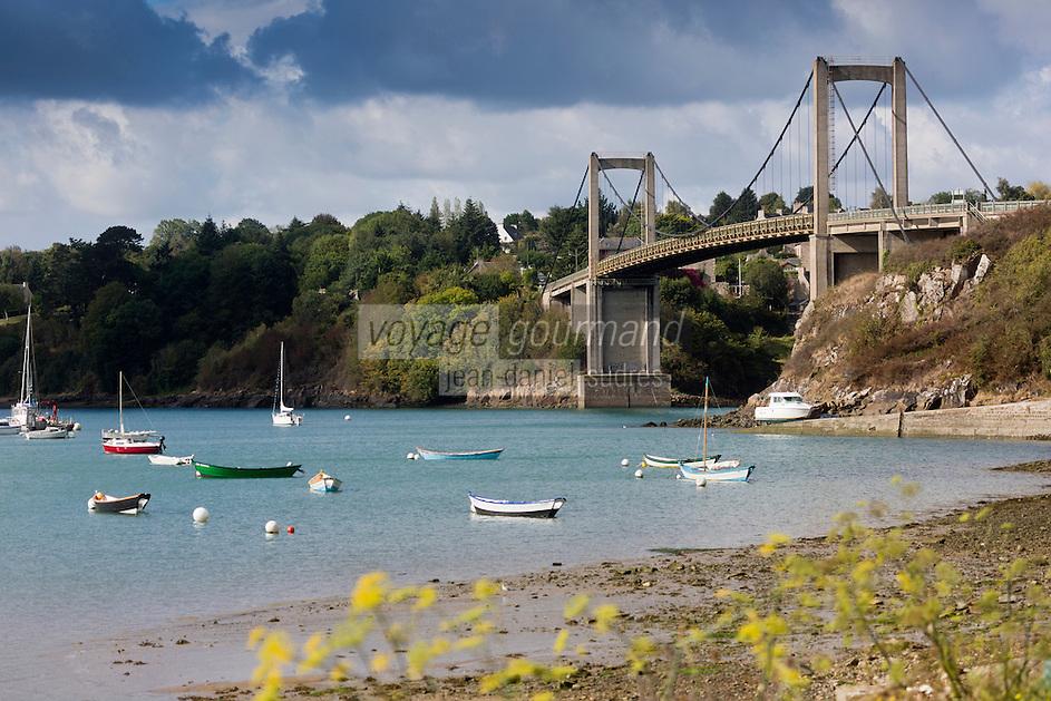 France, Ille-et-Vilaine (35), Côte d'Emeraude, vallée de la Rance,  Plouër-sur-Rance: Au Port Saint-Jean, les ponts sur la Rance : Pont Saint-Hubert, suspendu, 286 m (1957-59) et le Pont Châteaubriand, en arc, 265 m (1991)     // France, Ille et Vilaine, Cote d'Emeraude (Emerald Coast), Rance Valley, Plouër-sur-Rance:   bridges over the Rance