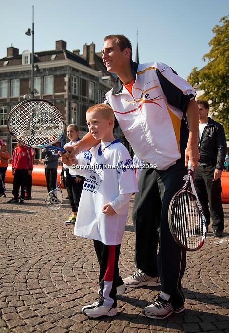 17-9-09, Netherlands,  Maastricht, Tennis, Daviscup Netherlands-France, Straattennisop de markt met Thiemo de Bakker