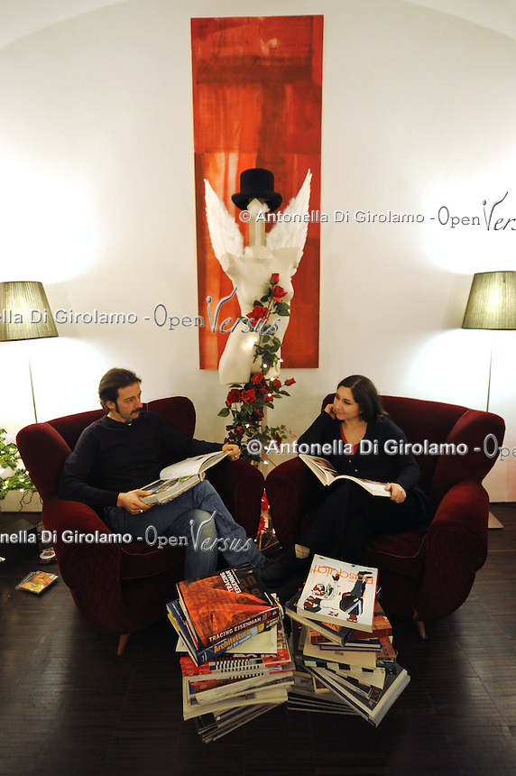 Artigiani a San Lorenzo , quartiere storico di Roma..La  GALLERIA 291 EST  è  luogo di incontro fra artisti e professionisti. Si occupa di creazione di spettacoli teatrali, organizzazione di eventi, retail design e allestimenti. .The GALLERY 291 EST is a meeting place between artists and professionals. .Organize theater performances, events, retail design and decoration..Vania Caruso, scenografa. Carlo Colini, architetto..