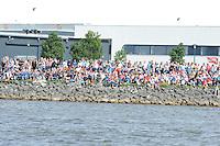 SKUTSJESILEN: LEMMER: Lemster baai, IJsselmeer, 09-08-2012, SKS skûtsjesilen, wedstrijd Lemmer II, het publiek rijen dik op de dijk aanwezig, ©foto Martin de Jong