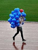 Nederland - Amsterdam -  September 2018.      De Nationale Rollatorloop in het Olympisch Stadion vond dit jaar plaats in de stromende regen. De Rollatorloop is speciaal in het leven geroepen om elkaar op te peppen om in beweging te blijven. De ballonnen voor de deelnemers worden opgehaald door een medewerker van Buurtzorg.   Foto mag niet in negatieve context worden gepubliceerd.   Foto Berlinda van Dam / Hollandse Hoogte