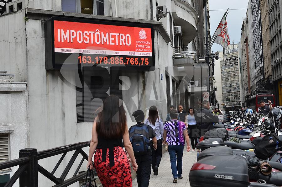 SAO PAULO, 06 DE FEVEREIRO DE 2013. - IMPOSTOMETRO - Impostometro da rua Boa Vista, regiao central da capital, marca mais 163 bilhoes arrecadados na tarde desta quarta feira, 06. (FOTO: ALEXANDRE MOREIRA / BRAZIL PHOTO PRESS).