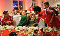 FUSSBALL  DFB POKAL FINALE  SAISON 2013/2014 Borussia Dortmund - FC Bayern Muenchen     17.05.2014 FC Bayern Bankett in der Telekom Zentrale;  Dante (re) mit Handkuss fuer Karla Pizarro Frau Claudio Pizarro (li)