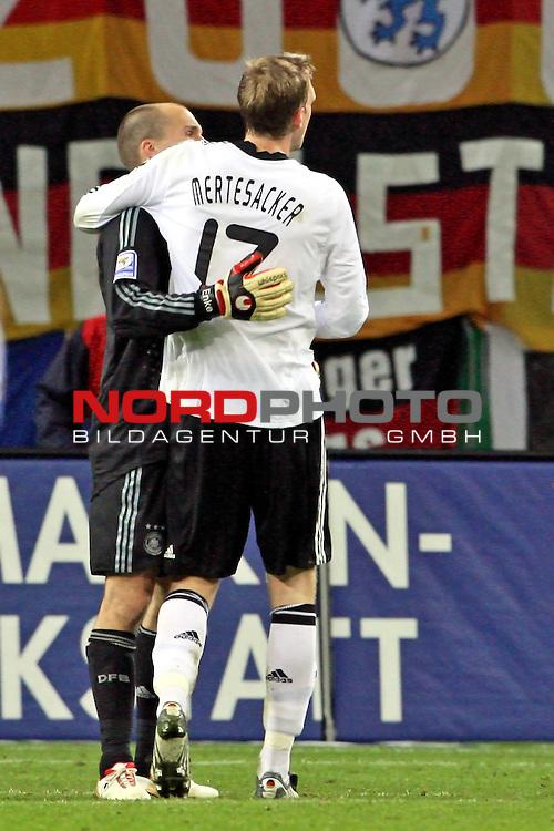 L&permil;nderspiel<br /> WM 2010 Qualifikatonsspiel Qualificationmatch Leipzig 28.03.2009 Zentralstadion Gruppe 4 Group Four <br /> <br /> Deutschland ( GER ) - Liechtenstein ( LIS )<br /> <br /> Applaus f&cedil;r die Fans nach dem 4:0 Erfolg. Per Mertesacker (#17 Werder Bremen Deutsche Nationalmannschaft) und Robert Enke (#1 Hannover 96 Torwart / Keeper Deutsche Nationalmannschaft).<br /> <br /> Foto &copy; nph (  nordphoto  )<br />  *** Local Caption ***
