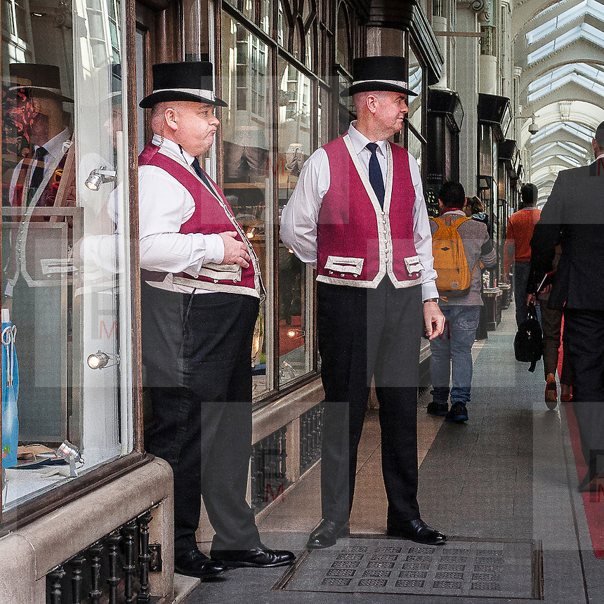 Due caratteristici Beadles per sorvegliare la Burlington Arcade, galleria commerciale di lusso in Piccadilly Street.<br /> <br /> Two Beadles to patrol the Burlington Arcade, the luxury commercial gallery in Piccadilly Street.