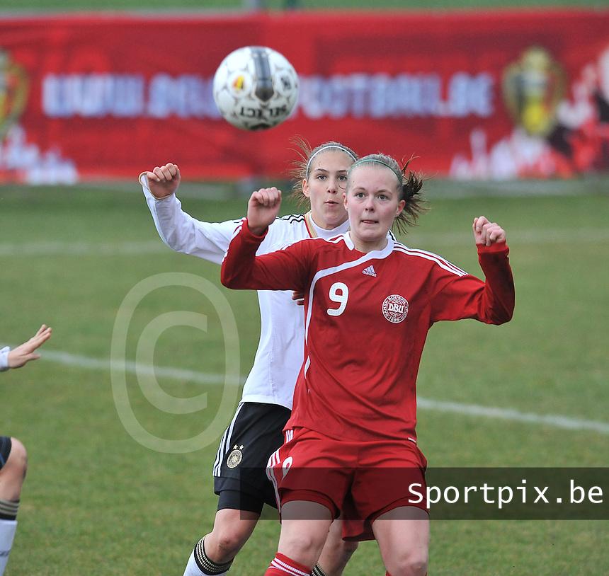 Denmark U17 - Germany U17 : 9 Sarah Hansen aan de bal met achter zich 5 Johanna Tietge (achter).foto Joke Vuylsteke / Vrouwenteam.be