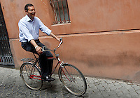 Il candidato sindaco di Roma per il centrosinistra Ignazio Marino sulla sua bicicletta dopo aver votato per il ballottaggio delle elezioni comunali, a Roma, 9 giugno 2013.<br /> Italian center-left candidate Rome mayor Ignazio Marino leaves by his bicycle after voting for the second ballot of the local elections, in Rome, 9 June 2013.<br /> UPDATE IMAGES PRESS/Riccardo De Luca