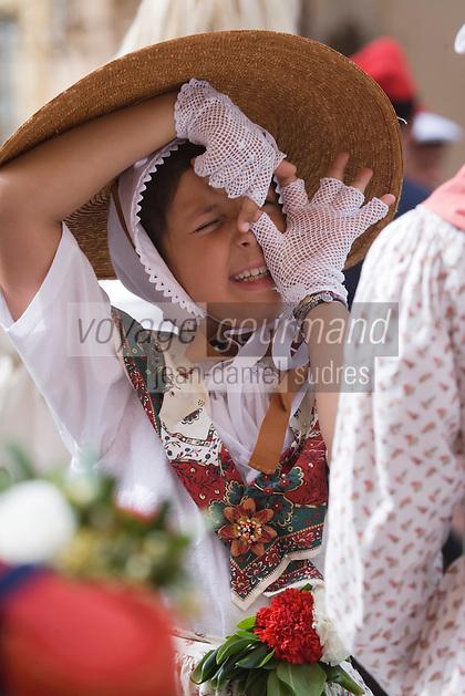 Europe/Provence-Alpes-Côte d'Azur/83/Var/Saint-Tropez: lors des Bravades jeune fille en costume provencal singeant le photographe -Les Bravades sont des processions en l'honneur du Saint Patron de la ville]