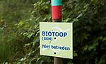 HENGELO (GLD) - Biotoop , GKM . GKM betekent Gebied met  Kwetsbaar Milieu. op golfbaan 't Zelle. Een biotoop (Gr: &beta;&iota;&omicron;&sigmaf; (bios) - leven, &tau;&omicron;&pi;&omicron;&sigmaf; (topos) - plaats) is een gebied met een uniform landschapstype waarin bepaalde organismen kunnen gedijen. Een biotoop moet worden onderscheiden van het bioom, de niche en het verspreidingsgebied. Binnen een biotoop kunnen habitats worden onderscheiden.<br />  COPYRIGHT KOEN SUYK