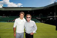 20-06-12, England, London, Wimbledon, Tennis, Federer en Henk Koster