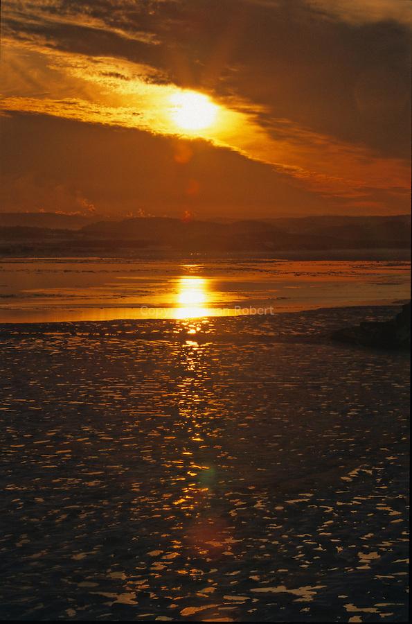 Coucher de soleil sur les glaces du fjord du Saguenay Canada. Québec en hiver.
