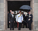 AUSTRALIA, Canberra : Captain Wales (C) emerges into the rain with Austraslian War Memorial Chairman Ken Doolan (L) and Governor General Peter Cosgrove (R) after laying a wreath at the Australian War Memorial, Canberra on 6 April 2015. AFP PHOTO / MARK GRAHAM