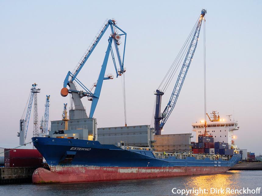 Entladen eines Containerschiffes am Max-Brauer-Kai im Hafen, Hamburg, Deutschland, Europa<br /> off loading of a  Container-ship at-Brauer-Quai, port of  Hamburg, Germany,  Europe