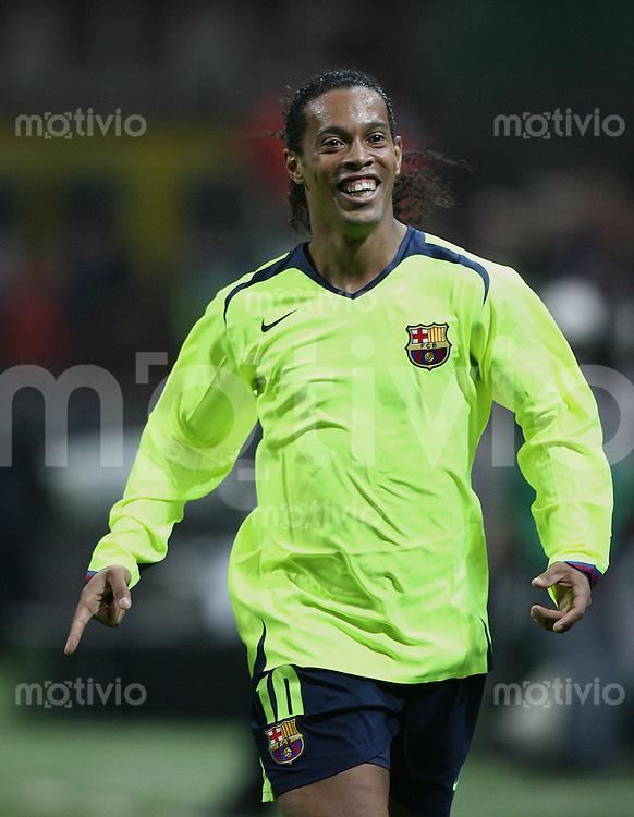 FUSSBALL Champions League 2005/2006 Halbfinal Hinspiel AC Mailand 0-1 FC Barcelona JUBEL FCB, Ronaldinho freut sich ueber den Treffer zum 0-1
