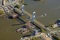 Kattwyk Bruecke und Kattwyk Eisenbahnbruecke Neubau: EUROPA, DEUTSCHLAND, HAMBURG, (EUROPE, GERMANY), 13.10.2018: Die Kattwyk Bruecke ueber der Suederelbe ist eine 290 Meter lange Hubbruecke mit zwei 70 m hohen Endportalen fuer den Eisenbahn- und Straßenverkehr. Sie verbindet Moorburg mit der Elbinsel Wilhelmsburg und wurde am 21. Maerz 1973 eingeweiht. Mit einer Hubhoehe von 46 m handelt es sich um die groesste Hubbruecke der Welt.<br /> Daneben ensteht die neue Kattwykbrücke für den Eisenbahnverkehr.<br /> Der Hafen wächst – die Kattwykbrücke kann leider nicht mitwachsen. Mit über 5000 Waggons, die täglich bewegt werden, ist der Hamburger Hafen der größte Eisenbahnhafen Europas. Auch auf den Straßen steigt das Verkehrsaufkommen durch den wachsenden Güterumschlag und die Hafenentwicklung beständig an. Für eine effiziente Infrastruktur und optimalen Verkehrsfluss muss das Schienen- und Straßennetz übergreifend ausgebaut werden. Die Kattwykbrücke ist Teil dieses Verkehrsnetzes: Nach vier Jahrzehnten in Betrieb ist eine Anpassung an die heutigen Verkehrsverhältnisse unbedingt notwendig – damit der Verkehrsknotenpunkt auch in Zukunft als solcher funktionieren kann.