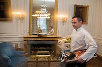 Europe/France/Bretagne/56/Morbihan/Kervignac: Château de Locguenolé - Le Chef : Olivier Beurné. au retour du marché traverse à grand pas les salons du château [Non destiné à un usage publicitaire - Not intended for an advertising use]