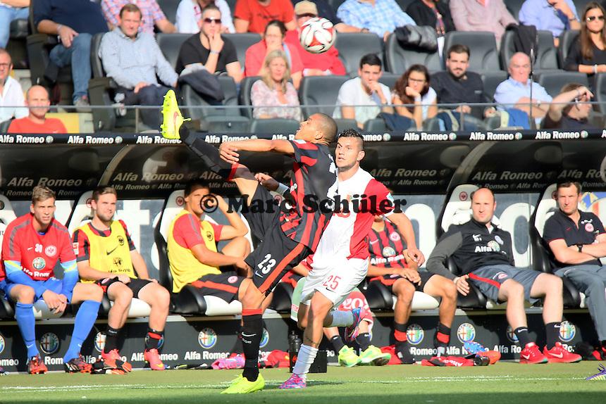 Bamba Anderson (Eintracht) gegen Raul Bobadilla (Augsburg) - Eintracht Frankfurt vs. FC Augsburg, Commerzbank Arena