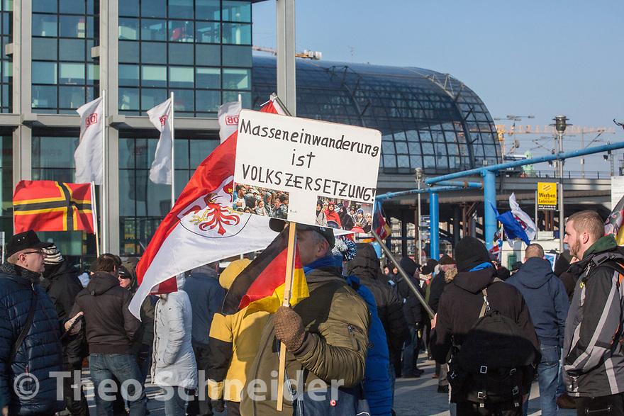 """Teilnehmer mit Schild gegen """"Massenzuwanderung"""" // Rund 300 Rechte, darunter Neonazis und AfD-Anhänger, versammelten sich unter dem Motto """"Nein zur GroKo"""" in Berlin."""