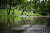 Berlin, Zwei Männer grillen am Donnerstag (09.05.13) im Görlitzerpark in Berlin. Foto: Timur Emek/CommonLens